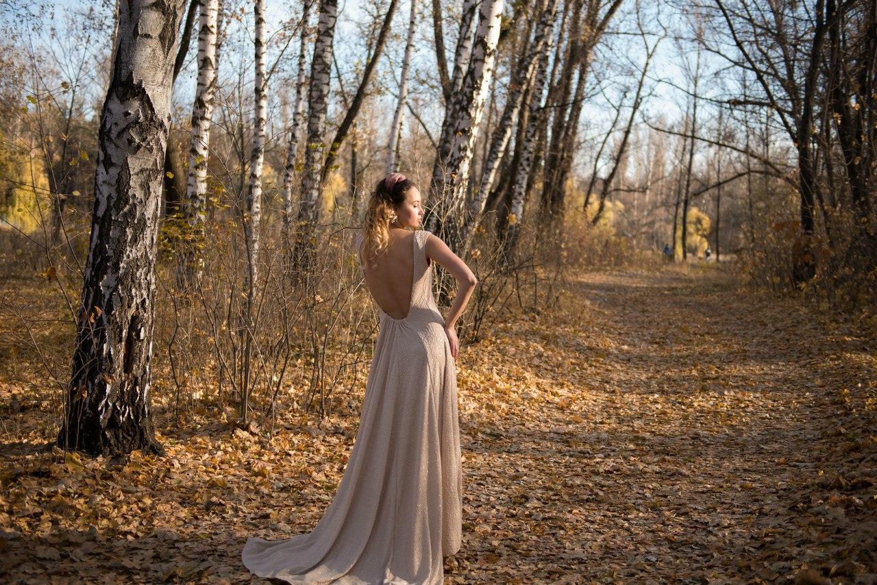 10. Бежевое платье в пол с блеском