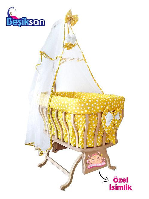 Beşiksan İsimlikli Anne Yanı Sepet Beşik - Biberonlu Kız Bebek Figürlü