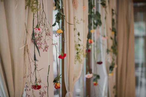 Farebná stena za mladomanželmi