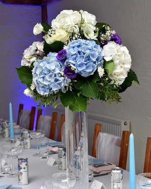 Modré, biele a ružové hortenzie s kvapko