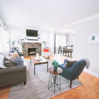 Salon blanc, bois, cheminée en pierre