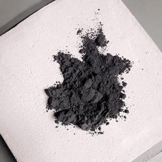 Pigment noir et chaux blanche