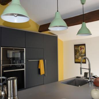 Une cuisine lumineuse et chaleureuse