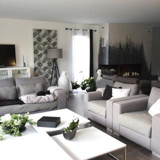 Salon blanc, pur et décoration en nuance de gris