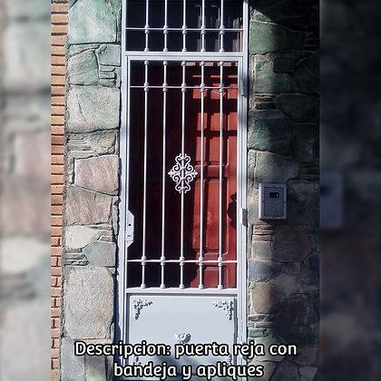 Puerta reja con bandeja y apliques - Herrería Hefesto. Arte-metal