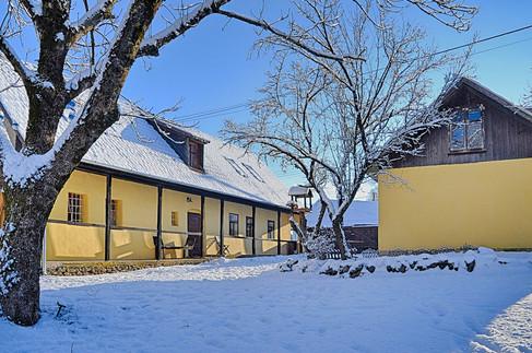 A hófedte udvar a ragyogó napsütésbe