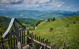 Uitgestrekte valleien in de Karpaten.jpg