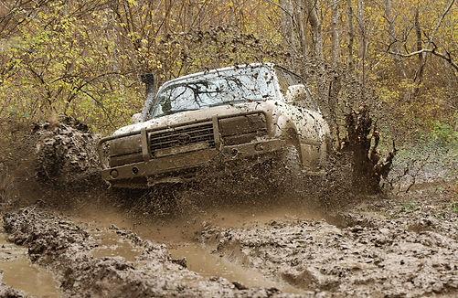 Landcruiser offroad in de modder.jpg
