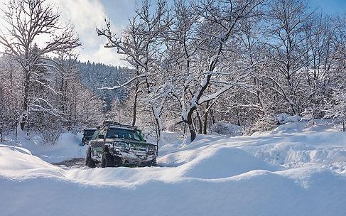 4x4 konvooi rijden in de sneeuw.jpg