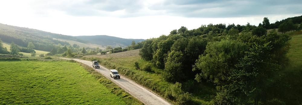 Twee Landcruisers rijden door het landschap