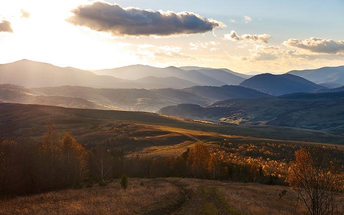 Magische zonsondergang in de Karpaten.jp