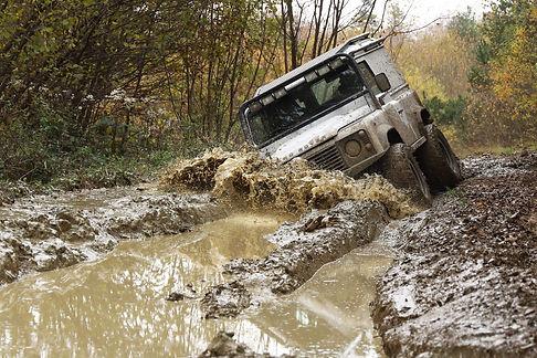 Defender offroad in de modder.jpg