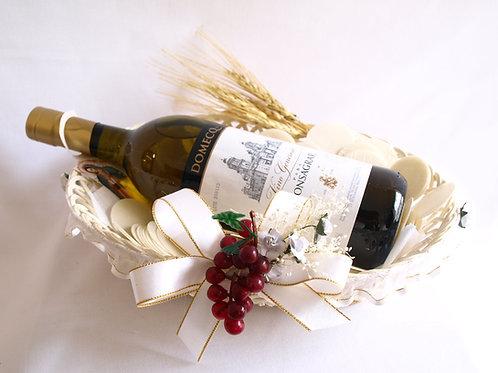 Canasto adornado con vino para consagrar y hostias