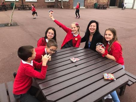 Когато работата е съвместна, поражда усмивки и двор пълен с щастливи деца!