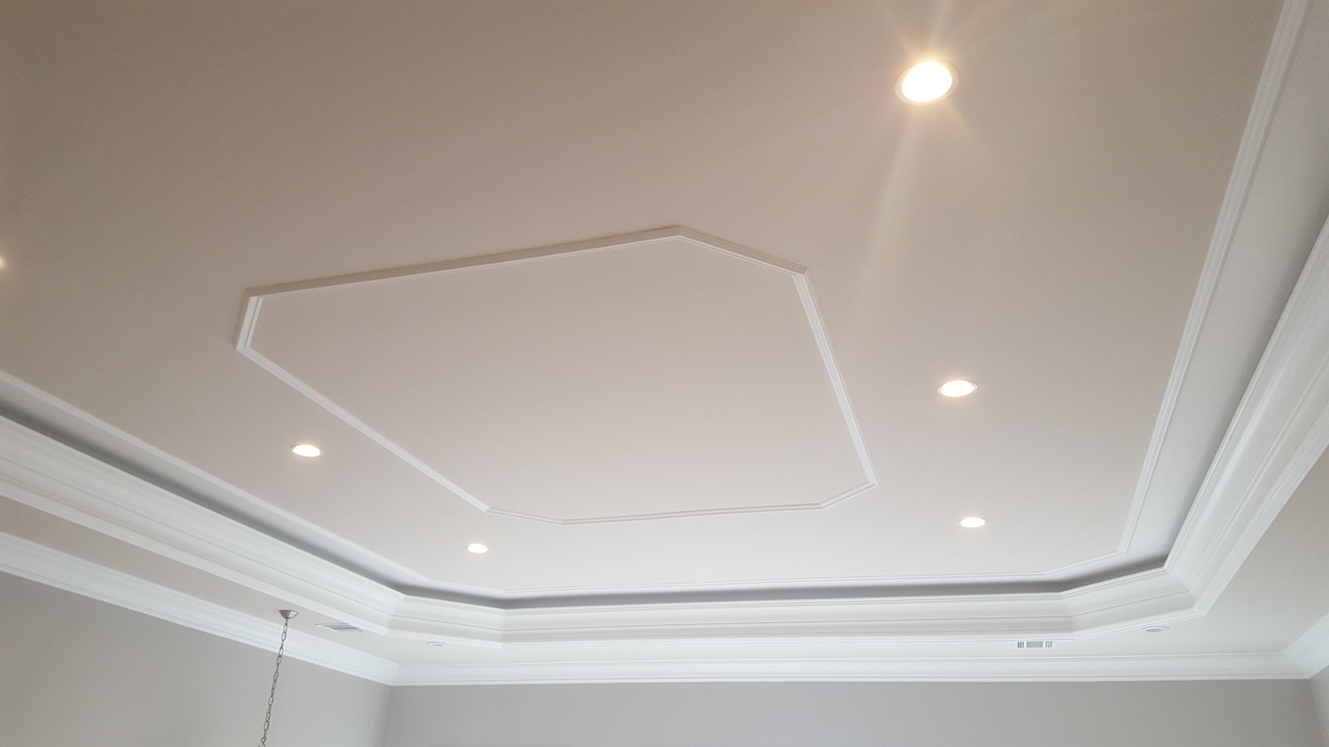 CEILING & COWNMOULDINGS PAINTED
