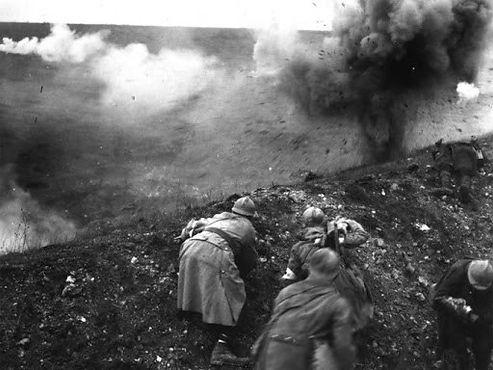 Brancardiers français sous le feu lors d
