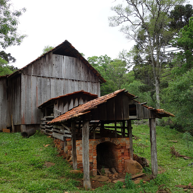 Antigo barbaquá localizado no município de Cruz Machado, Paraná, onde toda a erva-mate coletada nos ervais da família Szymanek era processada.