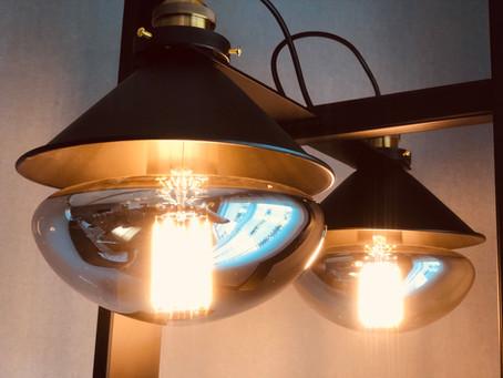 Stehlampe mit Riesen Glühbirnen die wie Kugeln wirken