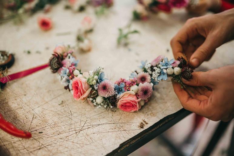 Flowercrown Workshop mit frischen Blumen