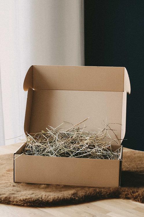 Geschenk Karton mit Heu