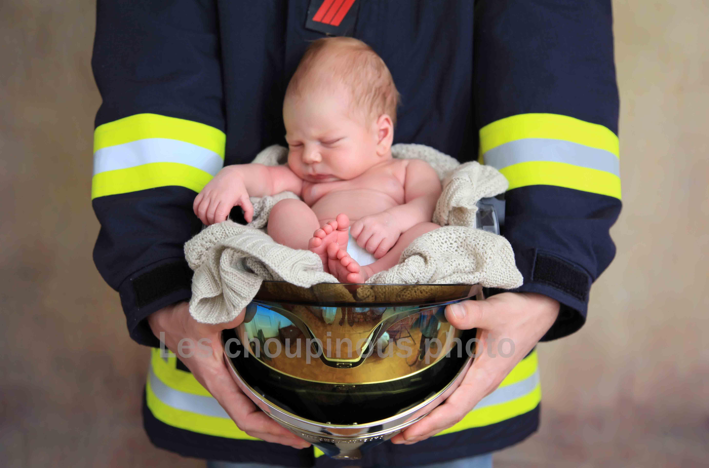 bébé dans un casque de pompier