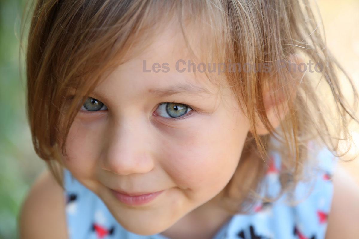 Portrait de petit fille, studio photo ro