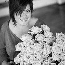 Virginia ANYFLOWERS entourée de fleurs p