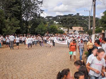 Caminhada movimenta mais de 1.500 pessoas pedindo paz segurança e justiça em Campo Belo do Sul.