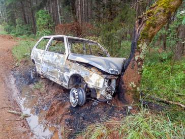 Carro pega fogo após acidente em Campo Belo do Sul