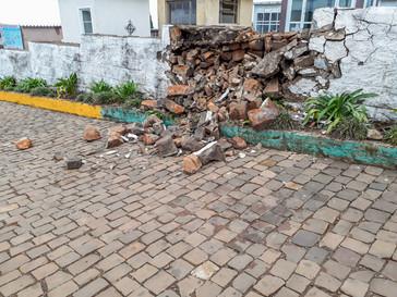 Muro do cemitério municipal cai após ser atingido por raio.