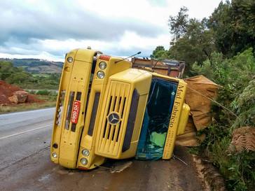 Caminhão carregado de madeiras tomba na SC-390