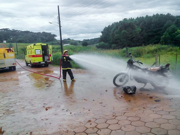 Moto é abandonada após pegar fogo em via publica