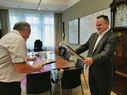 Geschenk für Oberbürgermeister Scharpf