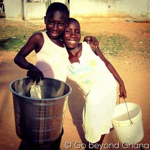 Pitkiä päiviä ja pölyisiä pyykkejä: Arkea ei pyöritetä Ghanassa yksin