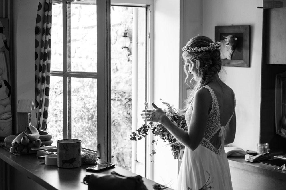 La mariée est prête pour se rendre à la cérémonie civile.