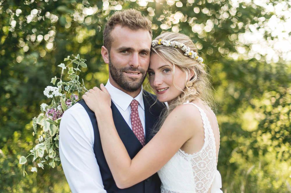 séance photo pour les mariés. Dans la nature avec le couché de soleil, les mariés sont tellement beaux.