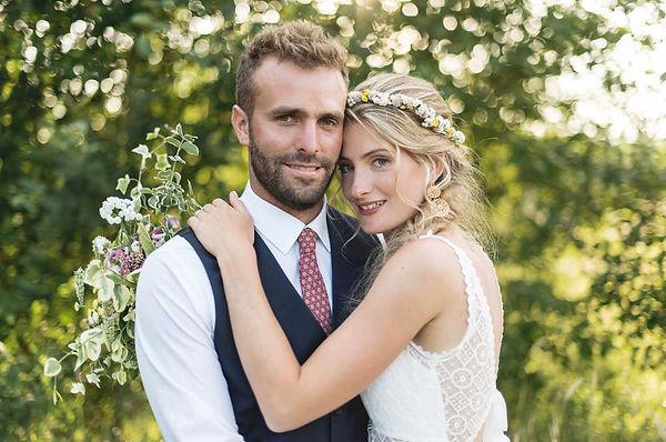 Photographie des mariés en fin de jounée sous un douce lumière d'été. C'était dans le Boulonnais dans les Hauts de France que Hugo et Chloé se sont dit oui.