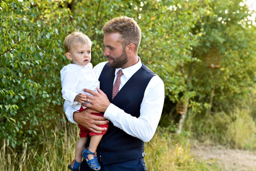 Le marié et son petit garçon lors du vin d'honneur.