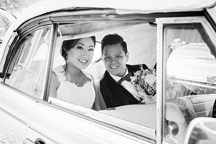 les mariés posent dans leur voiture à la sortie de la marie de Lille