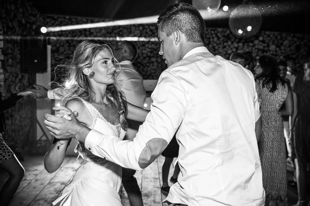 la mariée danse avec son frère lors de la soirée.