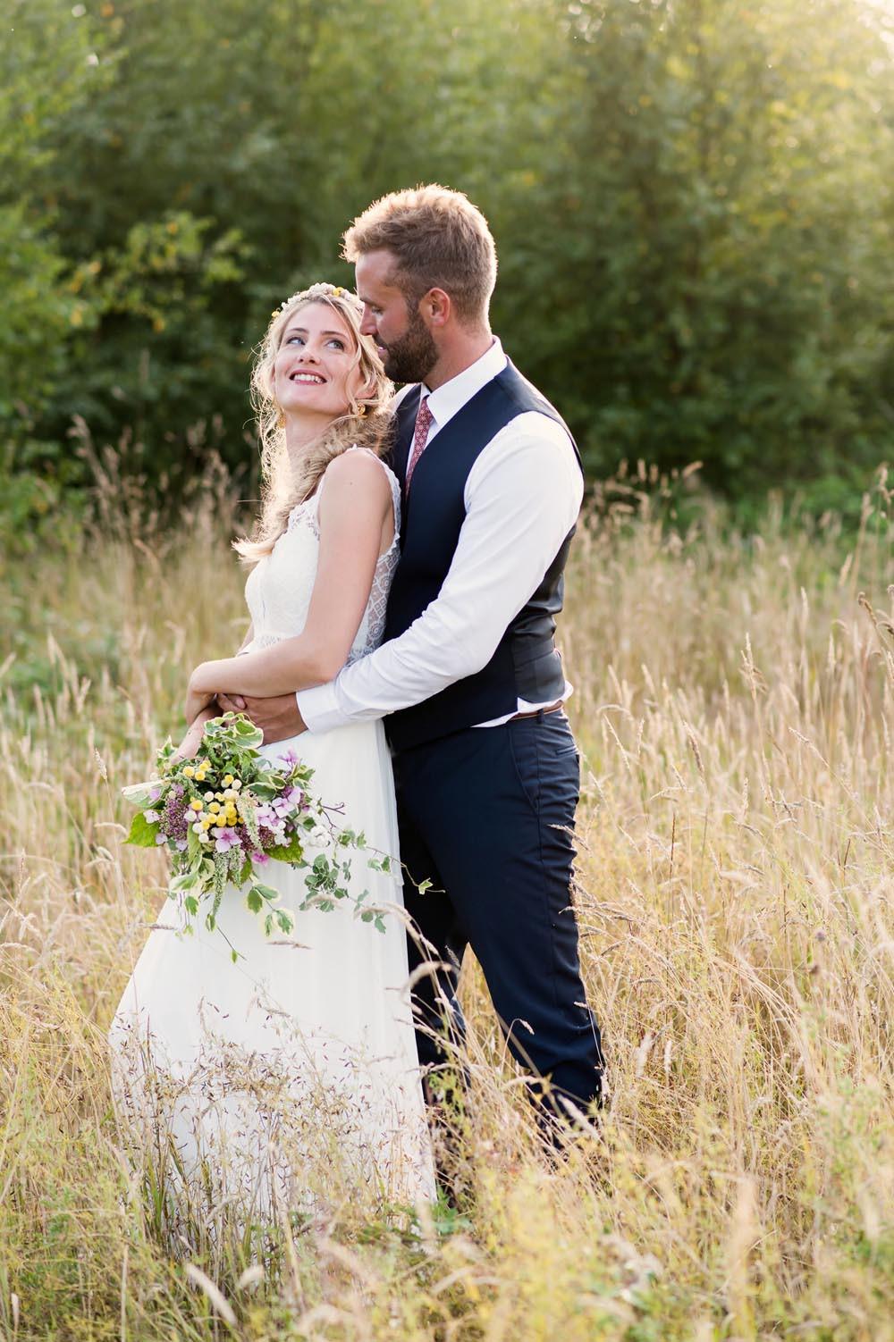 photo des mariés avec la douce lumière de fin de journée d'été