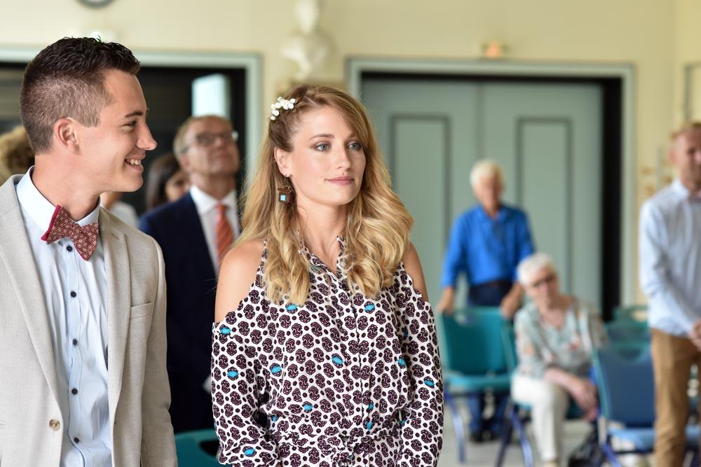 Le frère et la soeur de la mariée sont plein d'émotions lors de la cérémonie civile