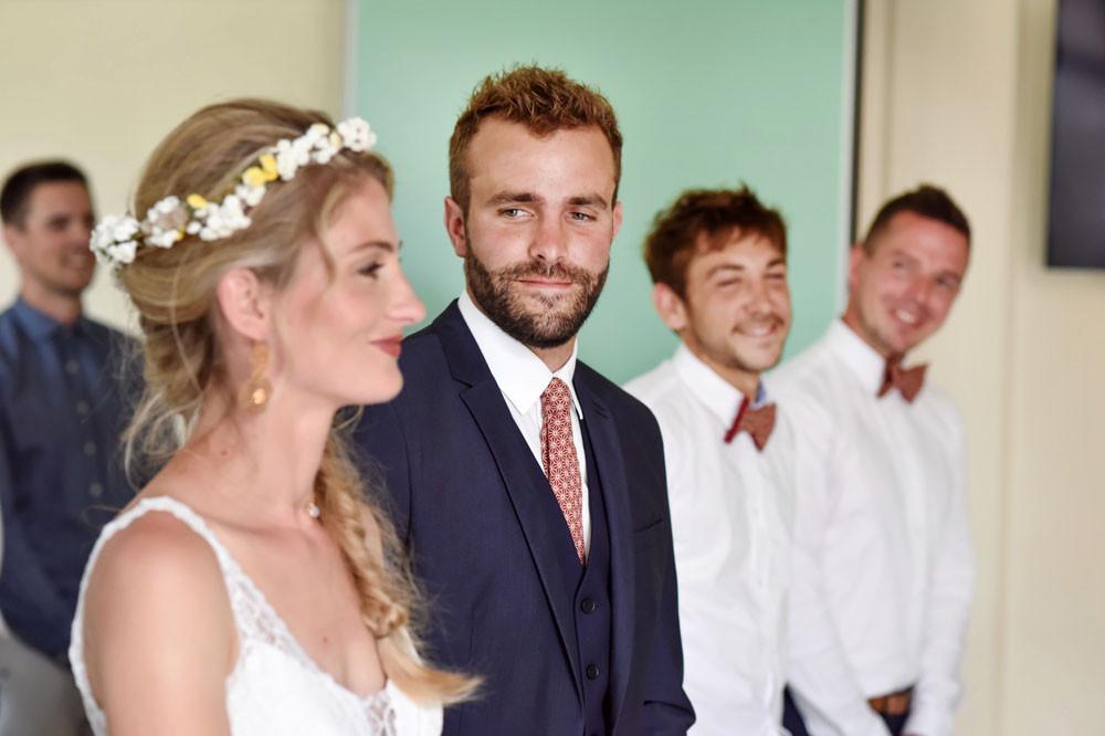 A la mairie, le marié regarde sa future femme avec tendresse et amour.