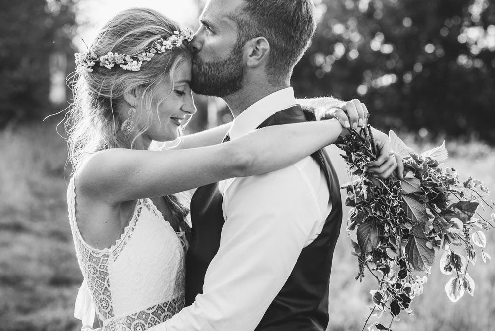 Beaucoup de tendresse et d'amour se dégage de cette photo noit et blanc des mariés