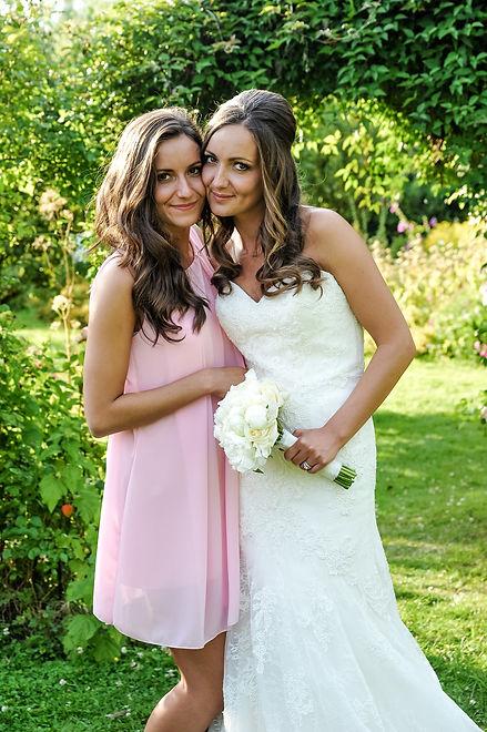 la jolie mariée et sa soeur posent à l'abbaye de Vaucelles