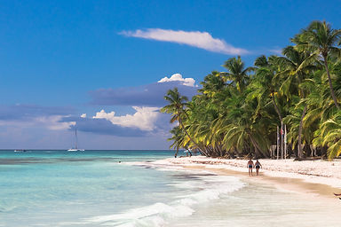 couple-walk-on-tropical-island-beach-wit