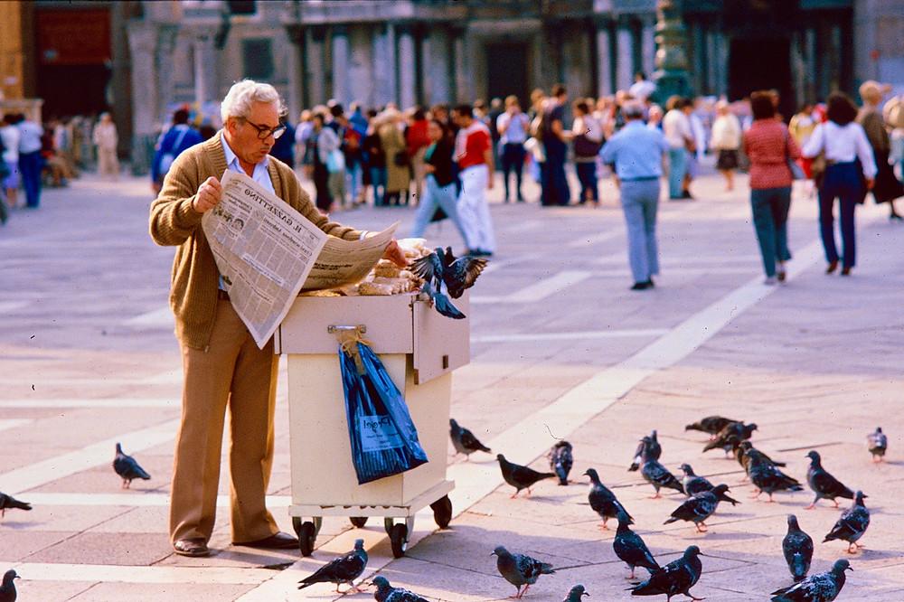 Penut vendor Venice plus pigeons 1980