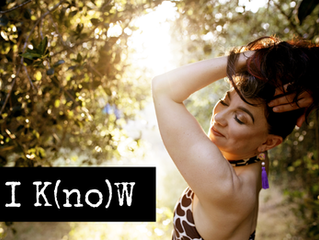 """""""I K(no)W"""": intimate-chat-with-a-friend meets TED Talk meets emotional burlesque"""