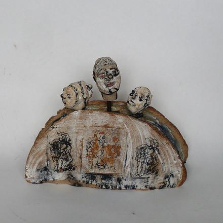 Sculpture groupe de marionnettes sur stèle