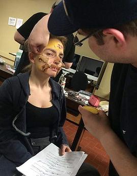 Alexandre Campeau tante de terminer le maquiage de Mara Joly